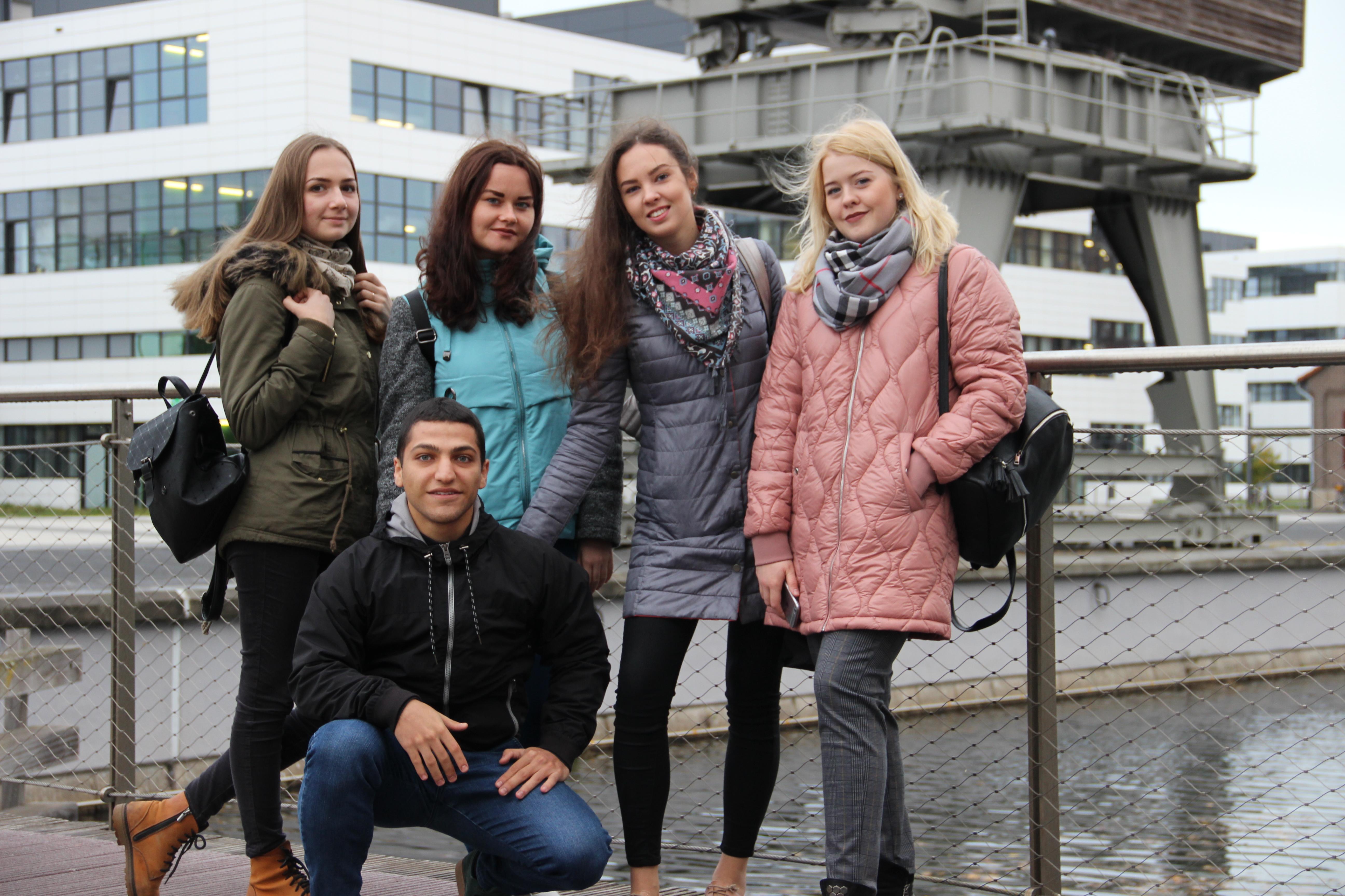 Студенты на фоне университета Рейн-Ваал, г. Клеве